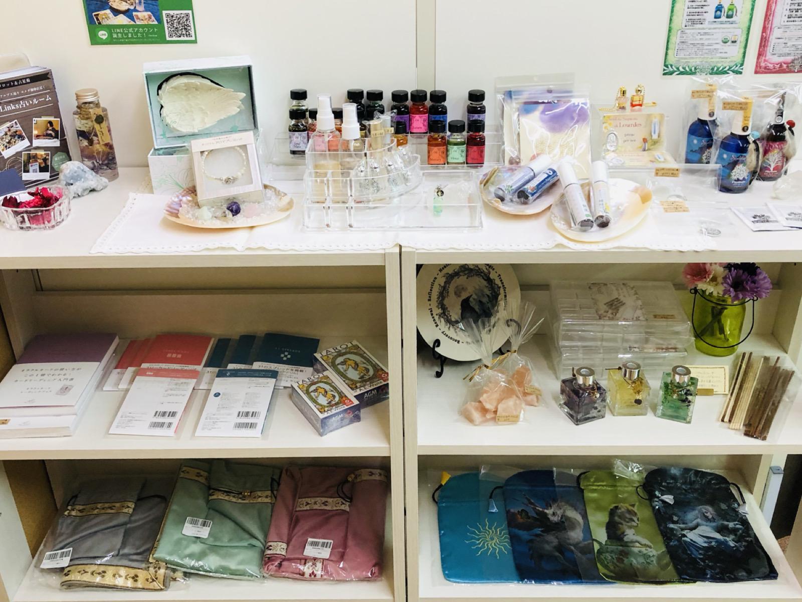 占い道具とヒーリング雑貨の陳列棚
